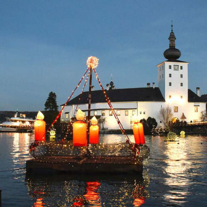Schloss-mit-Adventkranz@Wolfgang-Spitzbart.jpg